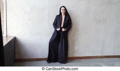 femme, sien, mur, pantalon, veste, noir, onduler, corps, foot., gris