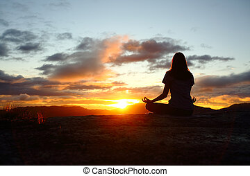 femme, silhouette, montagne, yoga, coucher soleil