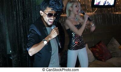 femme, singing., américain, africaine, blond, duo, homme