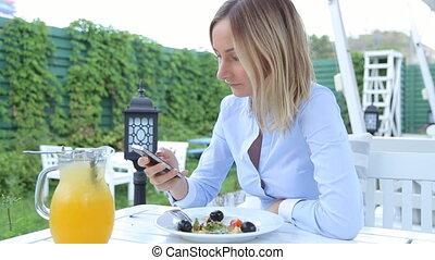 femme, smartphone, café, jeune, heureux