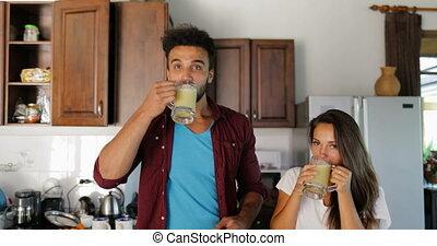 femme, smoothie, couple, boisson, ensemble, conversation, homme, frais, sourire, cuisine, heureux