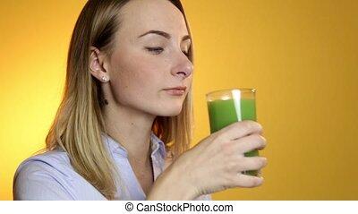 femme, smoothie, jeune, légume vert, boire