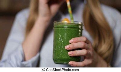 femme, smoothie, légume vert, boire, detox