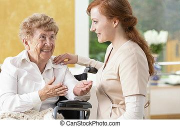femme, soins, maison, personnes agées, conversation, sourire, caregiver, amical