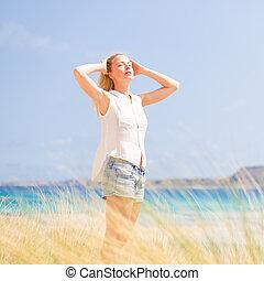 femme, soleil, gratuite, vacations., apprécier, heureux