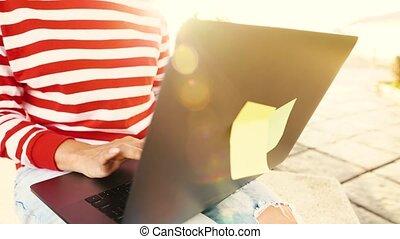 femme, soleil, ordinateur portable, contre, monture, dehors, utilisation