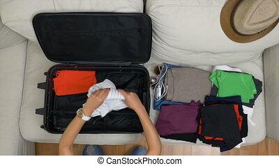 femme, sommet, jeune, valise, vue, organiser, vêtements