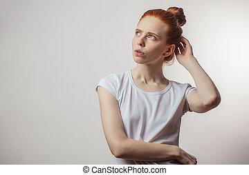 femme, songeur, isolé, haut, regarder, arrière-plan., redhaired, blanc, expression