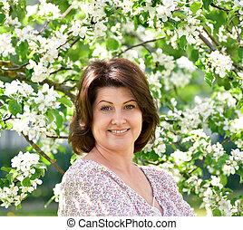 femme souriante, arbre, pomme, fleurir