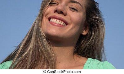 femme souriante, blond, heureux