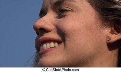 femme souriante, figure