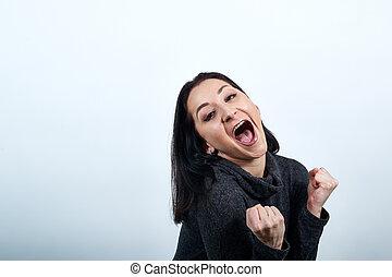 femme souriante, jeune, garder haut, caucasien, séduisant, gagnant, geste, poings