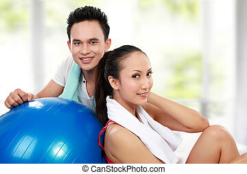 femme souriante, jeune homme, fitness