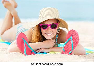 femme souriante, plage, bains de soleil