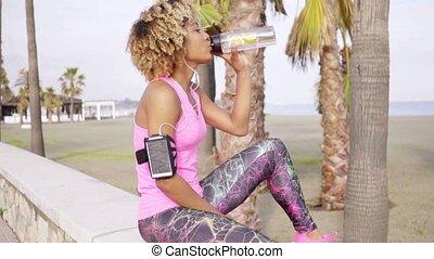 femme, sportif, eau saine, mis bouteille, boire