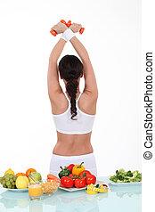 femme, sportif, sain, tourné, dos, nourriture, table