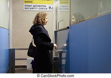 femme, stands, jeune, point de contrôle, sécurité aéroport