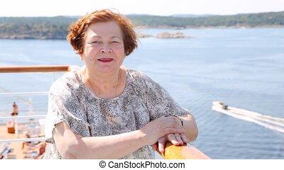 femme, stands, pont, plus vieux, séduisant, bateau, après-midi