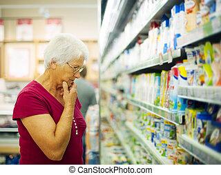femme, supermarché, laitage, choisir, produits, personne agee