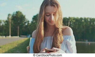 femme, téléphone, dehors, conversation, étudiant, dactylographie