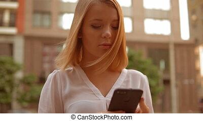 femme, téléphone portable, caucasien, dehors, utilisation