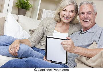 femme, tablette, &, couple, informatique, utilisation, homme aîné, heureux