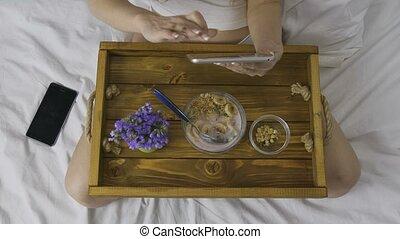 femme, tablette, sommet, utilisation, pendant, petit déjeuner, vue