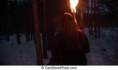 femme, torche, courant, nuit, danger, jeune, effrayé, forêt