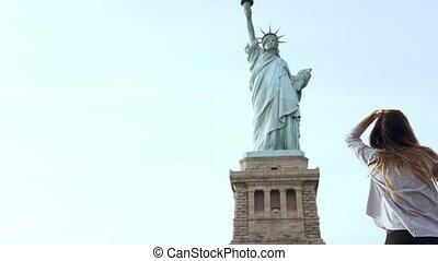 femme, touriste, conversation, européen, ensoleillé, liberté, day., téléphone, york, statue, nouveau, sourire heureux, séduisant