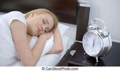 femme, tourner, horloge, reveil, dormir, fermé
