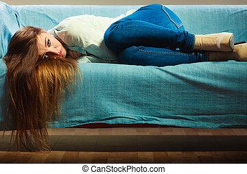 femme triste, pose, divan