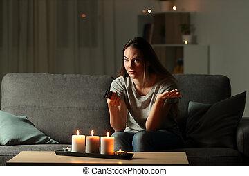 femme, tv, montre, pendant, essayer, black-out