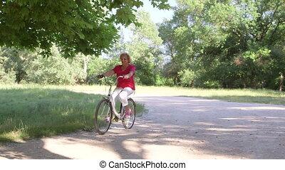 femme, vélo, ensoleillé, parc, actif, équitation, personne agee, jour