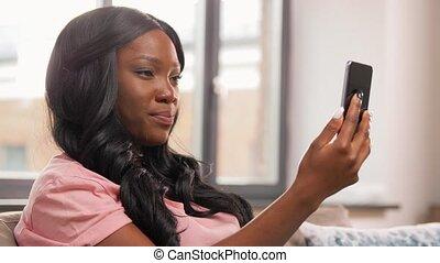femme, vidéo, appeler, smartphone, maison, avoir