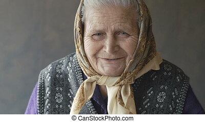 femme, vieux, appareil photo, ridé, portrait, sourire