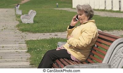 femme, vieux, conversation, téléphone portable, mûrir, dehors