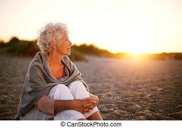 femme, vieux, copyspace, séance, loin, regarder, plage
