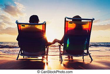 femme, vieux, regarder, couple, séance, coucher soleil, personne agee, plage, homme