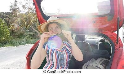 femme voiture, jeune, coffre, valise