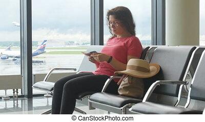 femme, vol, elle, aéroport, jeune regarder, attente, smartphone, international