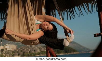 femme, yoga, hamac, oscillation, pendant, plage, exercice