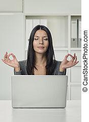 femme, yoga, ordinateur portable, main, gestes, joli, utilisation
