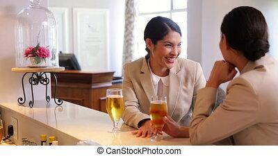 femmes affaires, avoir, rire, bière