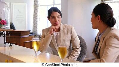 femmes affaires, avoir, verre bière