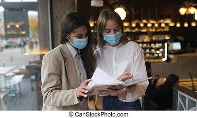 femmes affaires, leur, discutant, figure, vues, masques, travail, deux, différent