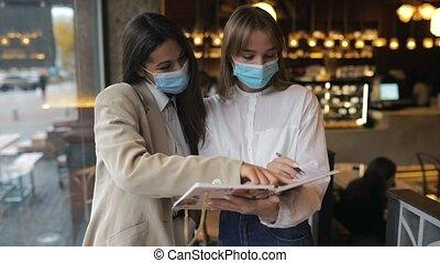 femmes affaires, masques, travail, figure, vues, deux, leur, discutant, différent