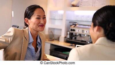 femmes affaires, travail, délassant, après, heureux