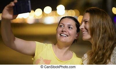 femmes, apprécier, tourisme, jeune, nuit