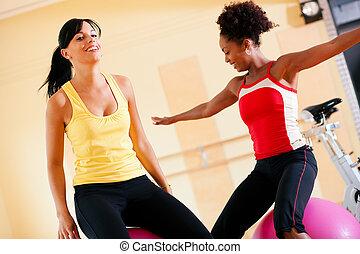 femmes, gymnase, balle, deux, fitness