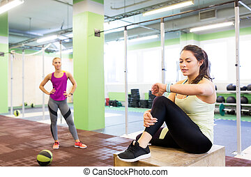 femmes, gymnase, balle, traqueur, fitness